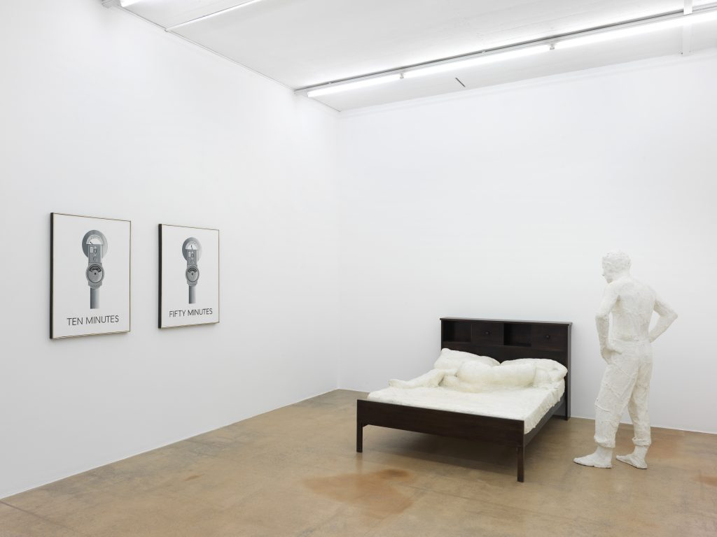 On the left: Vern Blosum, Ten minutes, 1962, Syz collection, Switzerland; Vern Blosum, Fifty Minutes, 1962, private collection, Geneva; on the right: Georges Segal, The Motel Room, 1967, MAMCO collection, gift of AMAM. Photo: Annik Wetter – MAMCO, Geneva
