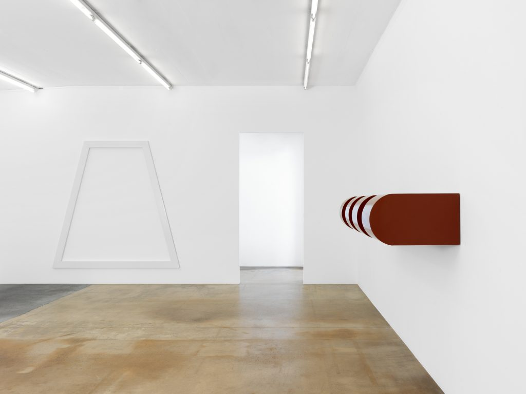 On the left: Sol LeWitt, Parallelogram – Open, 1977, private collection; on the right: Donald Judd, Progression, 1969-1972, Museum für Gegenwartskunst Migros collection, Zürich. Photo: Annik Wetter – MAMCO, Geneva
