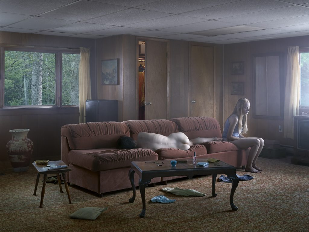 GREGORY CREWDSON! The Den, 2013 !Impression numérique pigmentaire / Digital pigment print ! 95.3 x 127 cm / 37 1⁄2 x 50 in.! Edition de 3 + 2 AP // Edition of 3, plus 2 APs ! © Gregory Crewdson. Courtesy Galerie Templon & Gagosian Gallery.