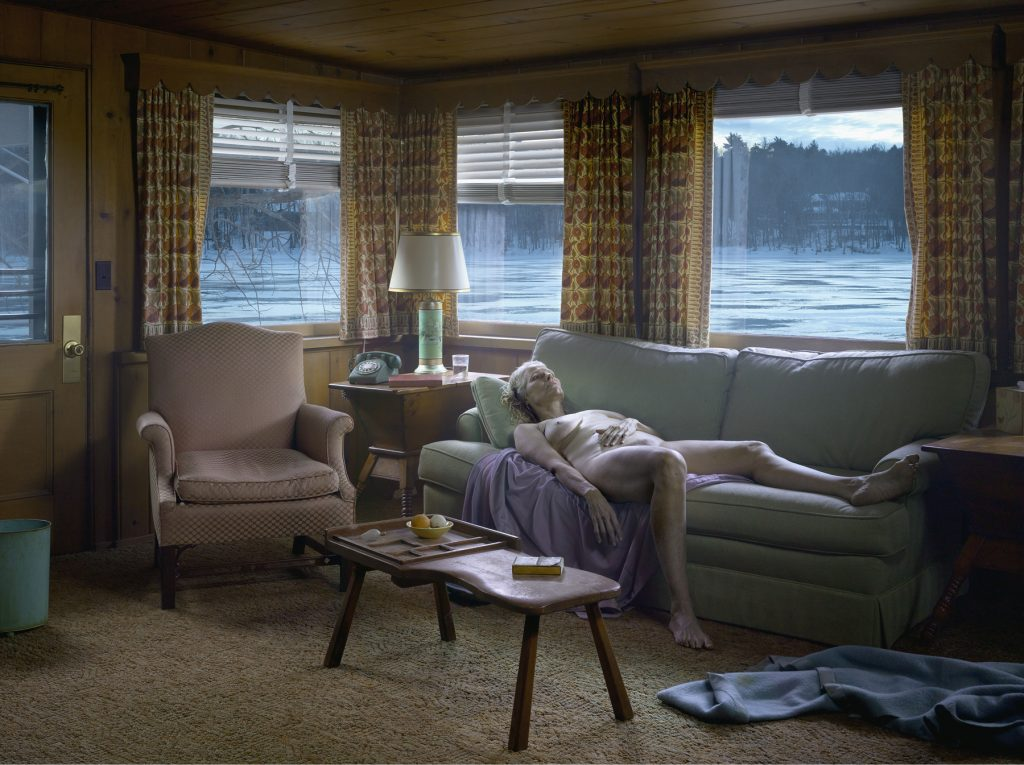 GREGORY CREWDSON, Reclining Woman on Sofa, 2014 Impression numérique pigmentaire / Digital pigment print 95.3 x 127 cm / 37 1⁄2 x 50 in. !Edition de 3 + 2 AP // Edition of 3, plus 2 APs © Gregory Crewdson. Courtesy Galerie Templon & Gagosian Gallery.