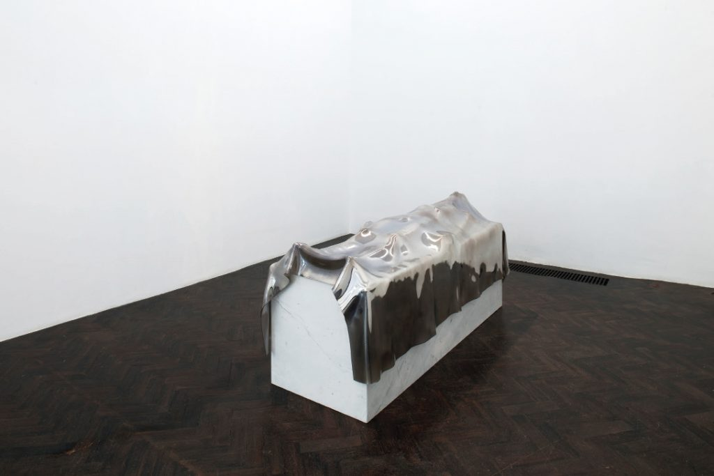 Fabrice Samyn Death is an image, 2016 Glass and marble, 190 x 64 x 88 cm, Edition de 1 ex + 1 AP. Courtesy Meessen de Clercq.