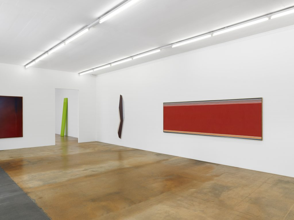 From left to right: Jules Olitski, Arentino Embrace, 1965, Pierre Darier collection; John McCracken, Spiffy Move, 1967, previously Ghislain Mollet-Viéville collection. In course of acquisition by the Fondation MAMCO; Kenneth Noland, Jamb, 1982, Pierre Darier collection and Via Indigo, 1968, private collection, on long term loan at L.A.C. Photo: Annik Wetter — MAMCO, Geneva