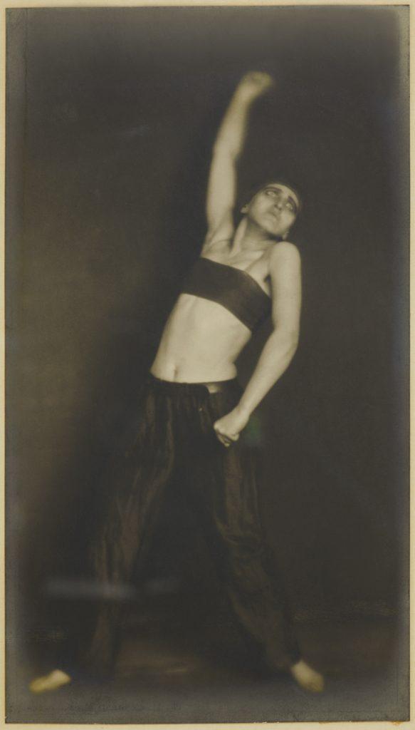 Germaine KRULL, Die Tänzerin Jo Mihaly (The Dancer Jo Mihaly), 1925, modern gelatin silver print. Museum Folkwang, Essen. © Estate Germaine Krull, Folkwang Museum, Essen.
