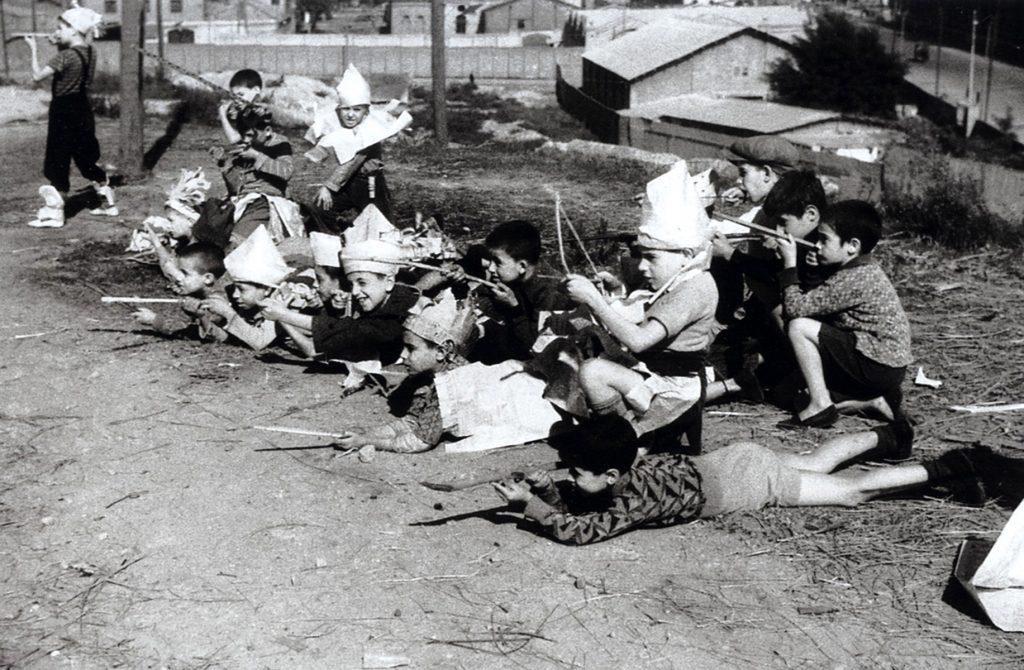 Agusti CENTELLES, Children playing, Montjuic, Barcelona, 1936, modern gelatin silver print. © Ministerio de Educación, Cultura y Deporte, España. Centro Documental de la Memoria Histórica, Salamanque, Espagne.