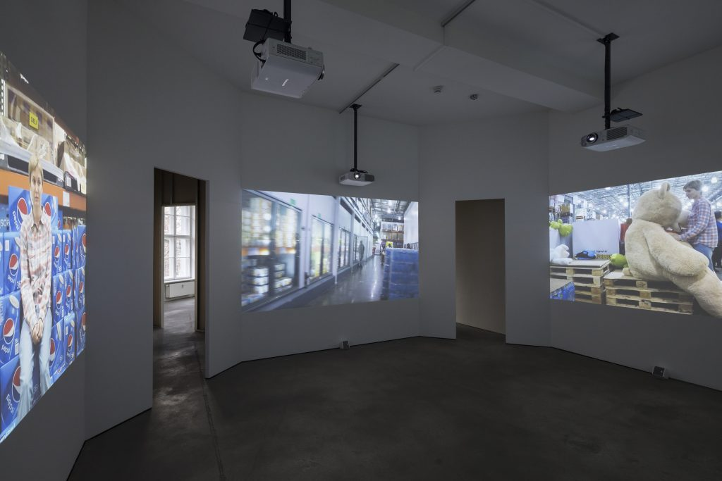 Kaari Upson 'Recluse Brown', 2015/2016 4 channel video installation, sound, 32:19 min.. Dimensions variable Installation view, Kaari Upson, 'MMDP', Sprüth Magers, Berlin, November 22 - Januar 14, 2017 © Kaari Upson. Courtesy Sprüth Magers