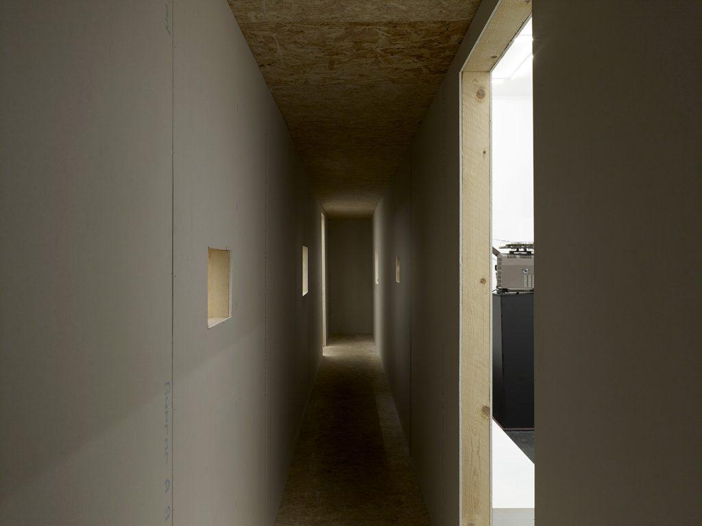 Installation view Leigh Ledare: place du jardin aux fleurs. Office Baroque, Brussels, 2016. © Leigh Ledare - Photo : 2016 Kristien Daem Courtesy of the artist and Office Baroque, Brussels.